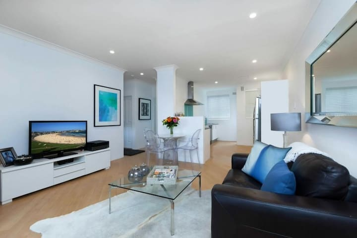 Clean, light spacious in a great location! - Bondi - Apartment