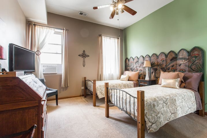 Private Room in Pilsen Chicago for 2