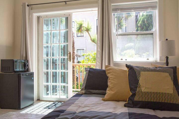 Secret Garden Studio w/patio & private entrance!