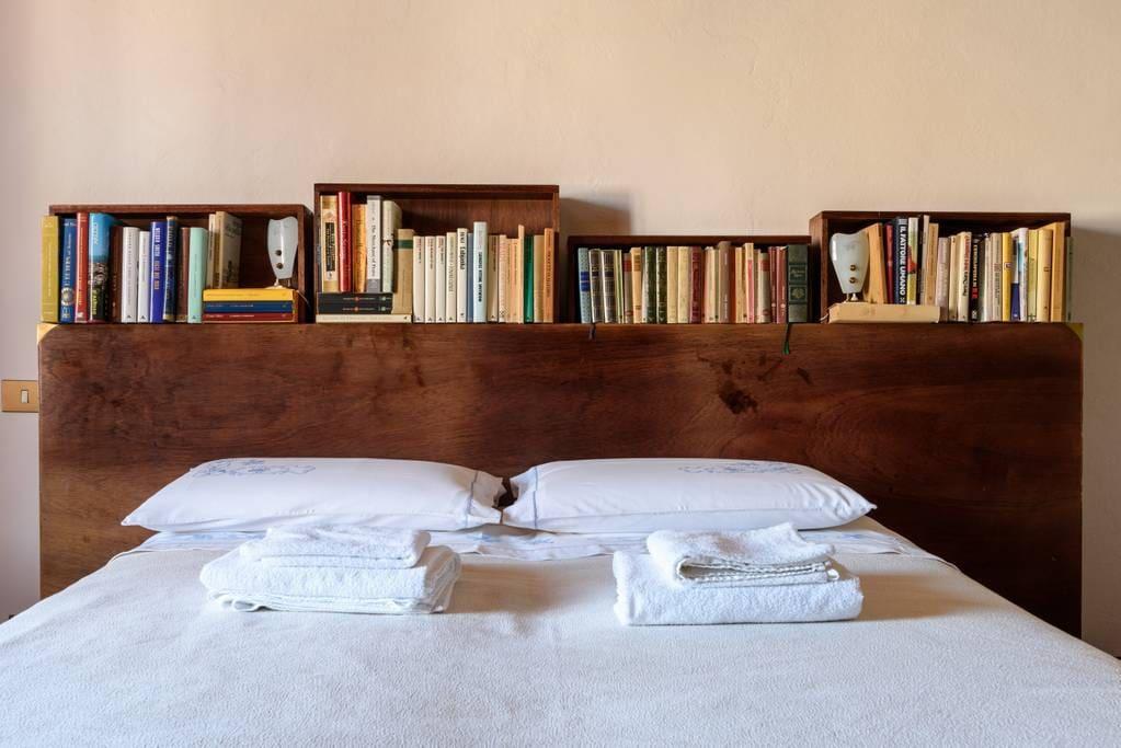 La testata del letto ricavata da una vecchia scrivania