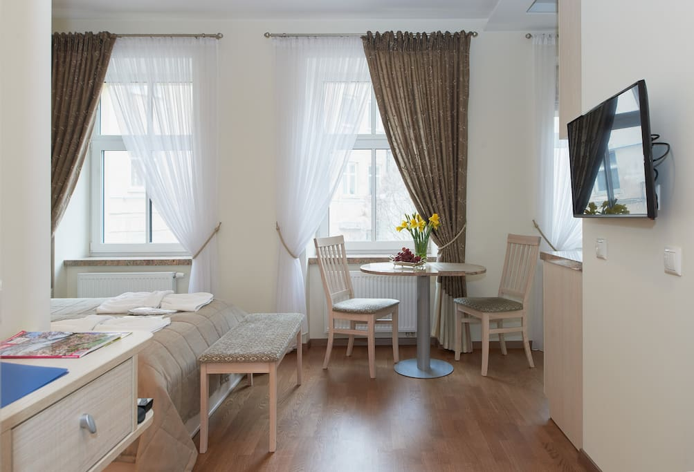 Студия 3: двуспальная кровать, ванная комната, кухня.