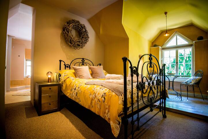 The Gold Room - Large TV to the right with Sky & Netflix and huge ensuite bathroom with shower and bathtub.