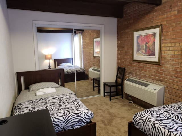 2 BEDS SUNNY, CLEAN, DOWNTOWN LOFT + FREE PARKING