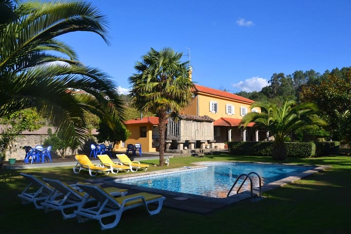 Casa AMARELA com piscina -  Paredes Coura - Linhares - Huis