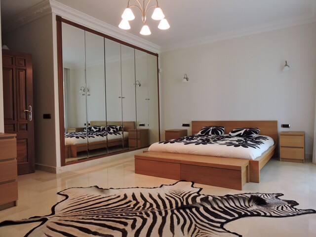 4 Dormitorios dobles con baños privados,TV, AC y caja fuerte/  4  bedrooms with TV, AC, and Safe.