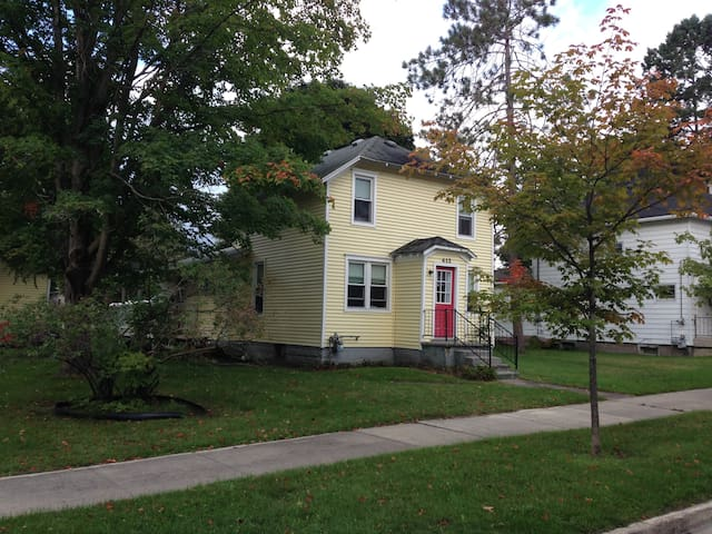 Yellow House Close to Beach and Downtown - Charlevoix - House