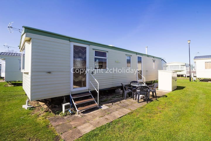 Pet friendly caravan for hire in Heacham by the beach in Norfolk ref 21015E