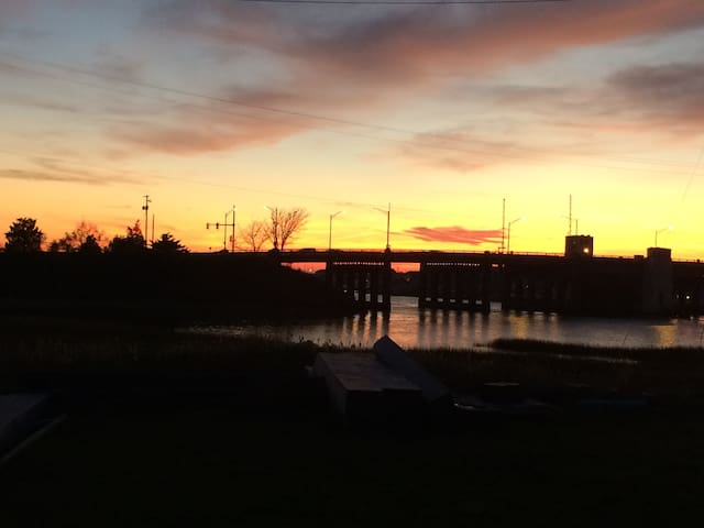 Gorgeous sunset views! Steps away from the water! - Wildwood - House