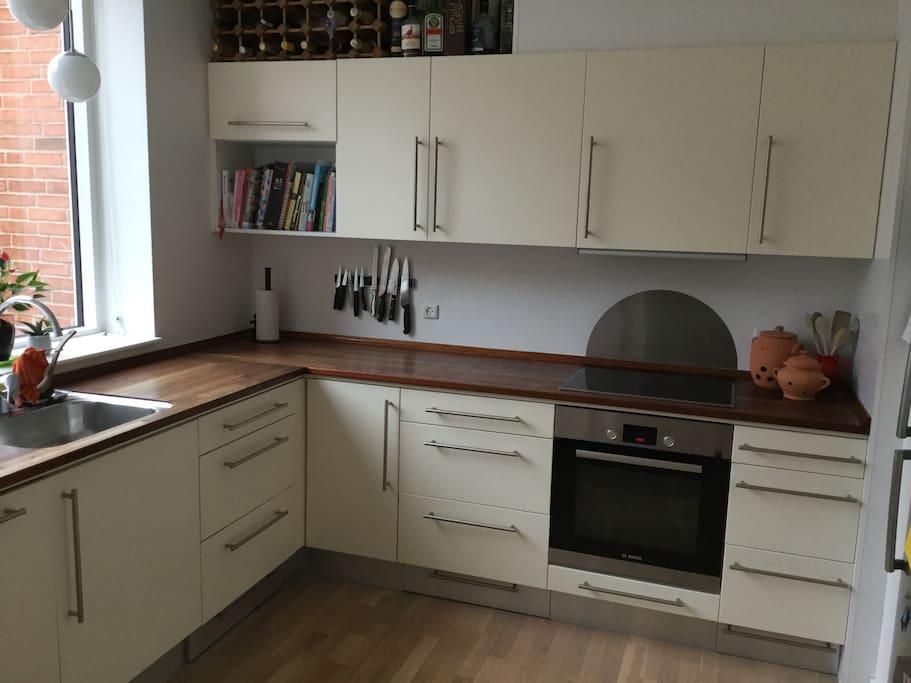 Køkken med opvaskemaskine.