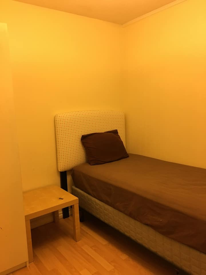 Metrotown Skytrain private room 6 in Burnaby