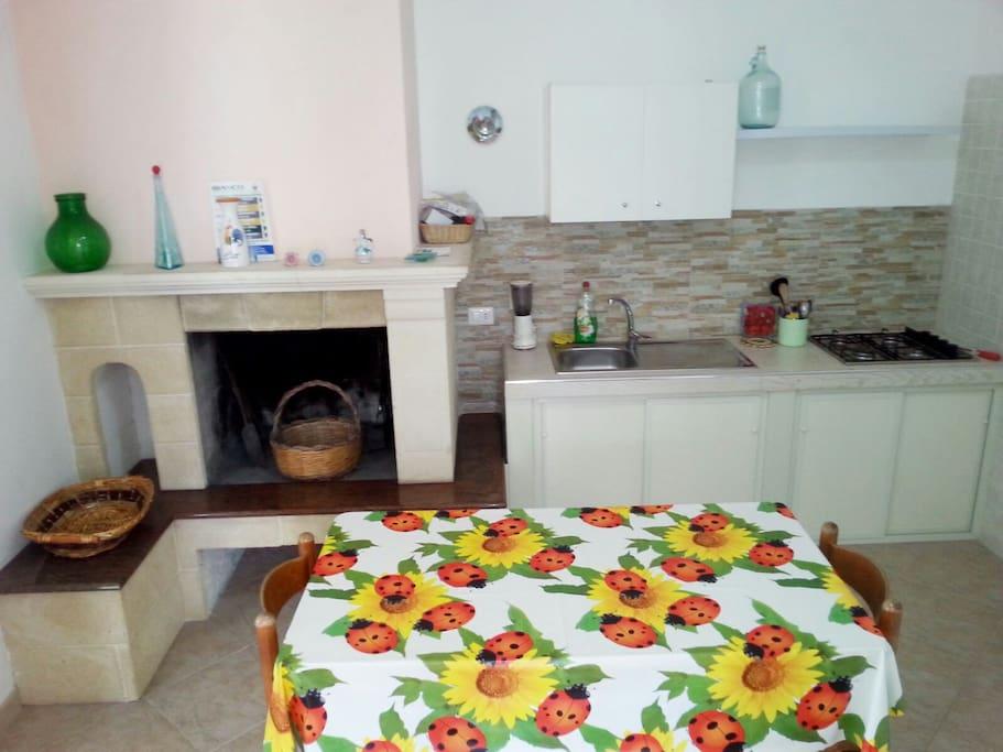zona giorno con camino e cucina