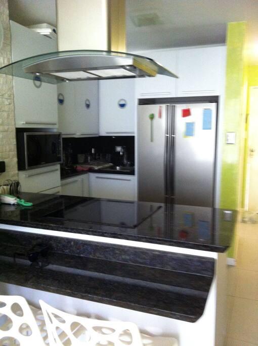 Fully equipped kitchen // Cocina equipada