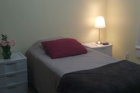 Close to Queen's, Clean & Comfortable! (Yellow Rm) - Kingston - Casa