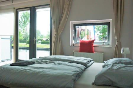 Prachtige ruime kamer met badkamer - Sneek - Hus