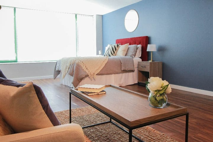 The Gulfstream-Vibrant Studio | Heart of Downtown!