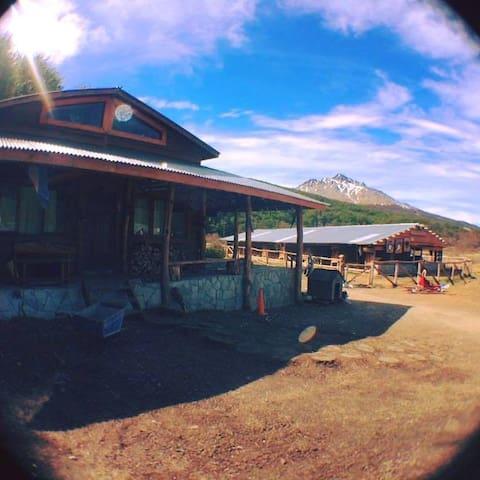 Private double room in awesome Mountain Cabin - Ushuaia - Allotjament sostenible a la natura