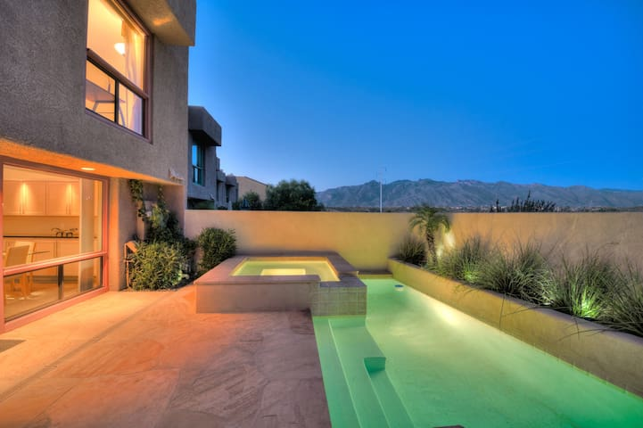 Private Pool and Spa Retreat off River Walk !