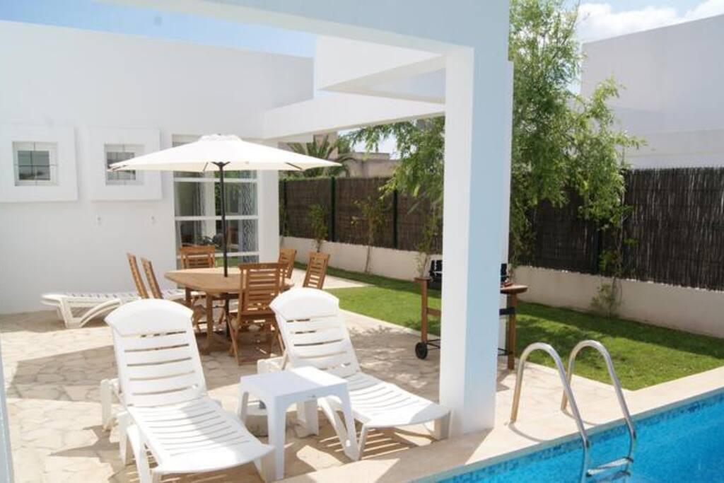 Terrasse mit Gartenmöbel + Grill