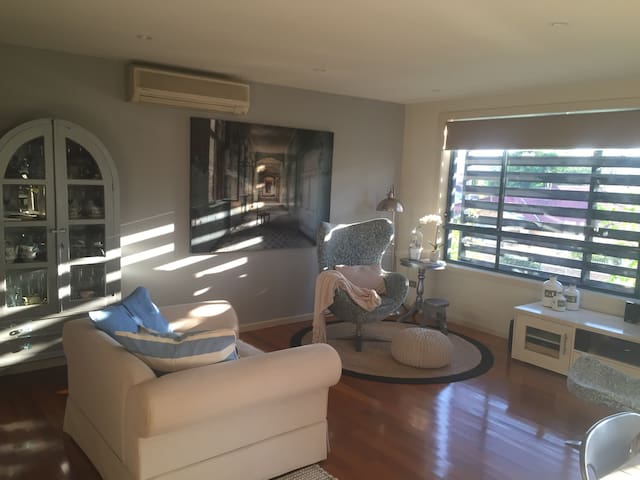 Large Central Apartment with private entrance - Warners Bay - Appartamento
