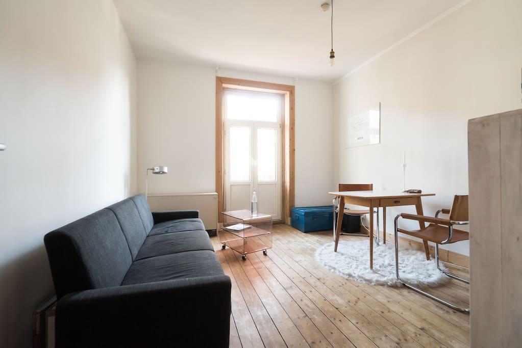 Gemütliches Wohnzimmer mit Sonnenbalkon