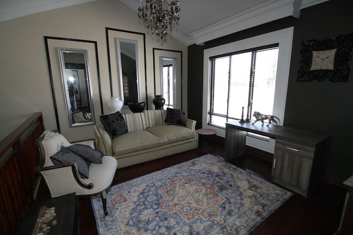 Beautifully decorated space in Broadacres vicinity