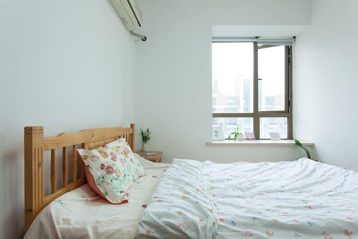 松江大学城地铁站--御上海小区--客厅床位(50元/晚、屏风遮挡)。 - Shanghái
