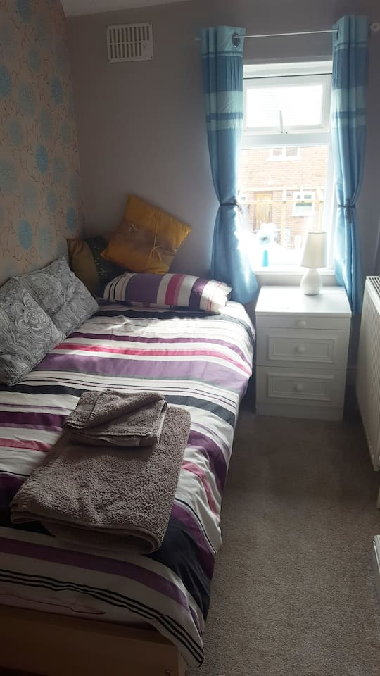 a cosy clean single room in my own little cosy home. overlooking  cute little garden. Bathroom with shower off small landing.