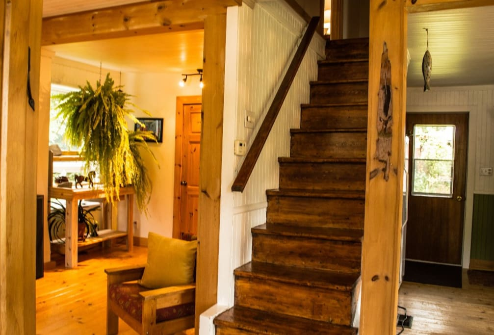 Rez-de-chaussée : salon, cuisine, coin poêle à bois et salle de bain