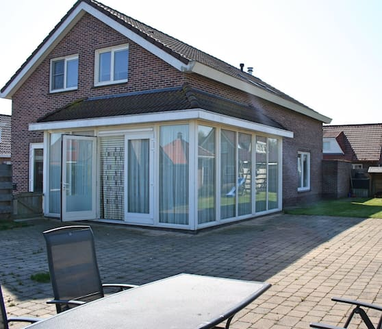 Spacious family-friendly villa (min. 2 nights) - Zeewolde - Casa