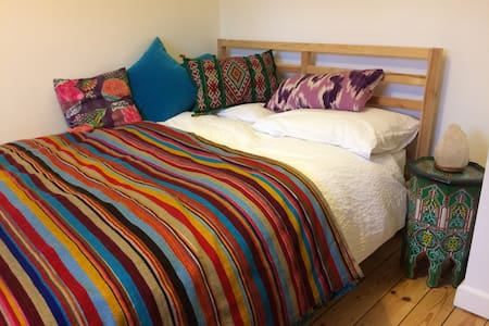 Spare room in cosy peaceful house - Fleet