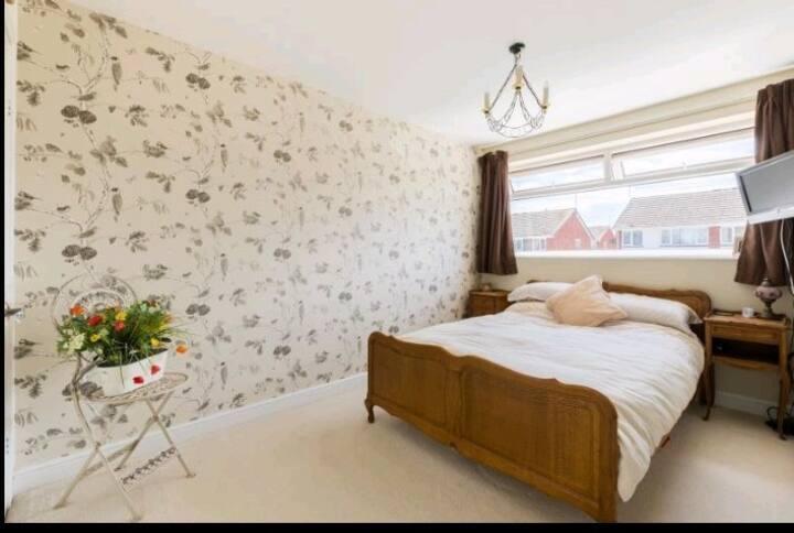 Bedroom: quiet, welcoming home wt hospitable host