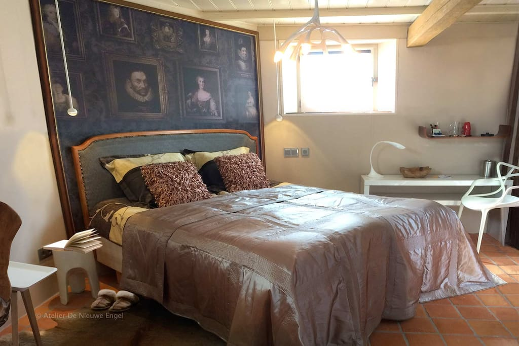 Gastenkamer de 'Dijkkamer', stijlvol met design en oude bouwmaterialen.