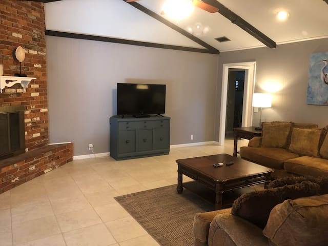 3/2  private home near LEGOLAND; bring your pets!