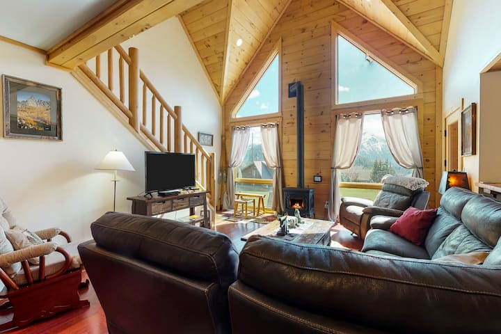 Gorgeous family-friendly lodge w/ new hot tub- close to skiing and lake