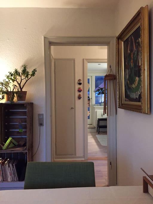 Kig fra stuen til gang og køkken