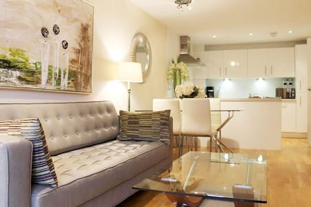 2a Woking Town Center Spacious + Balcony - Woking - Lejlighed