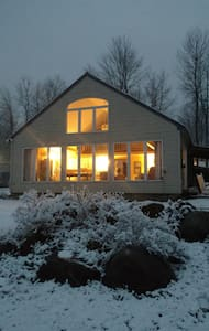 Private, 2-bedroom lake front, year-round cottage. - Colchester - House