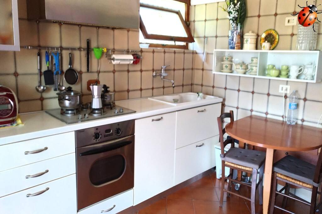 Angolo cucina da 5 metri + frigo, completamente accessoriata. Il tavolo e' completamente richiudibile o apribile per meta'. 2/6 posti. Comodissima.