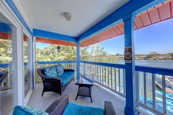 A Boaters Dream 2 bed 2 bath sleeps 6 Boat House With View