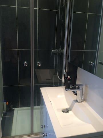 Salle de bain propre avec serviette et shampoing