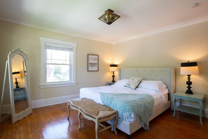 Master bedroom offers a king size bed and ensuite bathroom.