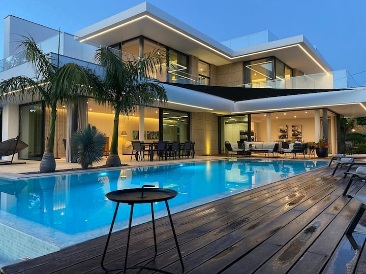 Luxurious, Stylish and Modern Living