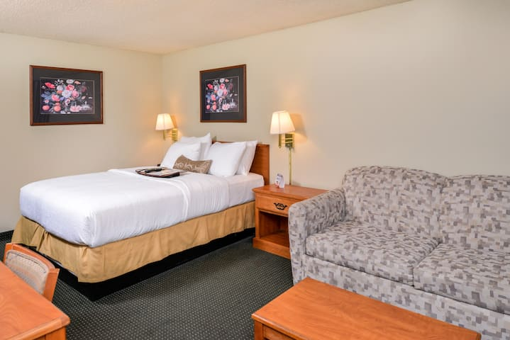 Courtesy Inn Downtown Eugene- Queen with Sofa bed