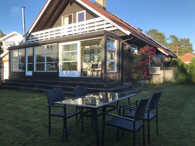Sjarmerende enebolig med vinterhage og solrik hage