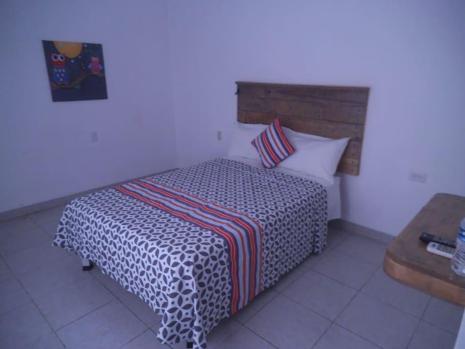 habitación grande cama matrimonial