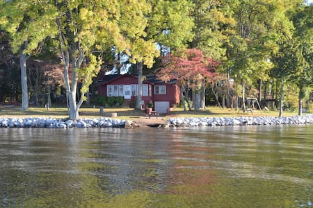 Big Water, Cozy Lake Cottage at LKN