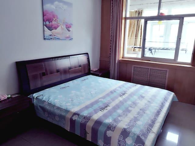 1.8m 双人床两张,1.5m 双人床两张,立柜5组,电脑桌椅1套,床头柜3组六个、夏普直播电视一台。配高弹枕、干净清洁亲肤面料床上用品、毛巾、杯垫及电蚊香。