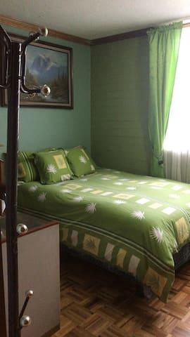 Dormitorio amoblado en arriendo