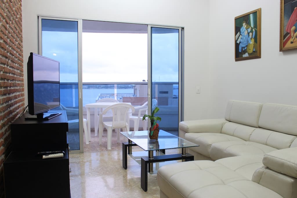 Be comfortable at the apt, Smart TV, WiFi, Comfy sofa, Breeze, beach and AMAZING VIEW!