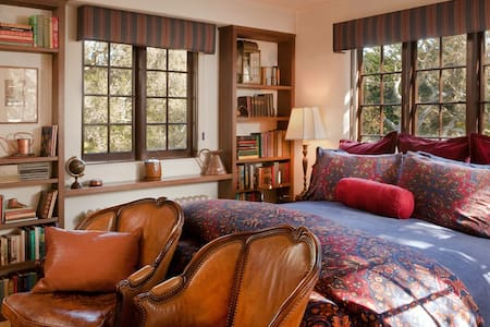 Library  - Monterey - Bed & Breakfast